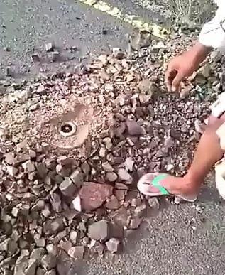 فيديو مفزع يظهر شاهد شجاعة اليمنيين في إزالة الإلغام التي تزرعها مليشيا الحوثي على الطرقات