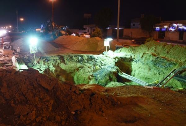 سقوط مركبات وإصابة قائديها في انهيار أرضي بـ«جدة» (فيديو وصور)