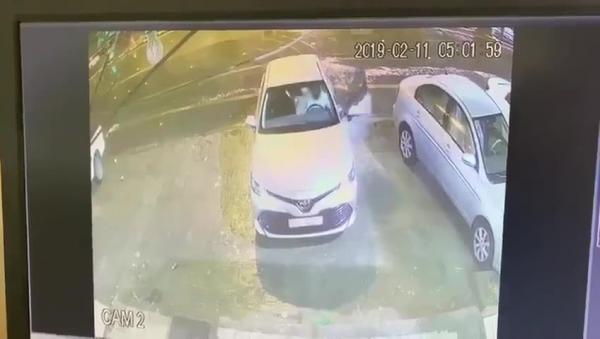 السعودية.. فيديو للص يسرق سيارة تركها صاحبها في وضع التشغيل.. وكان بداخلها زوجته!