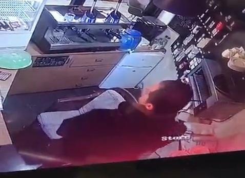 فيديو لص أنيق يسرق مبلغ مالي وعلب دخان من بقالة في لبنان