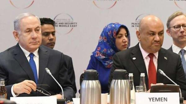 """وزير خارجية اليمن يمنح ميكرفونه لنتنياهو في وارسو .. والأخير يعلق: """"خطوة بخطوة"""" (فيديو)"""