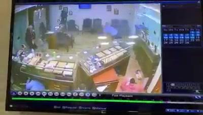 فيديو للحظة سطو مسلح على أحد محال الذهب في مصر وإطلاق وابل من الرصاص على عامل