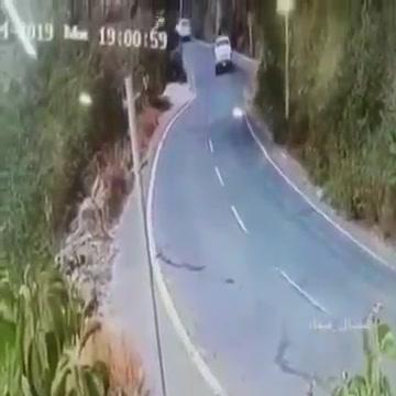 السعودية: فيديو لحظة سقوط سيارة من قمة جبل بـ فيفاء. جازان.. والمفاجئة!