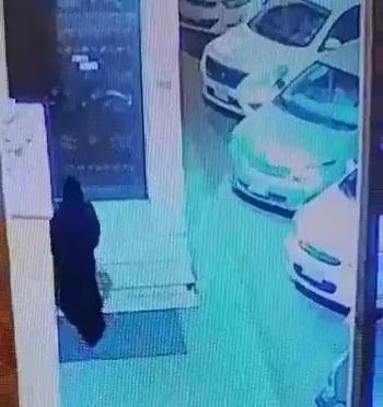 فيديو.. رصدتها كاميرات المراقبة.. سعودية ترمي بطفلها عند باب مسجد في جدة وتهرب