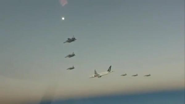 فيديو يظهر مرافقة الطائرات الحربية الرعد و إف 16 للأمير محمد بن سلمان عند وصوله إلى باكستان