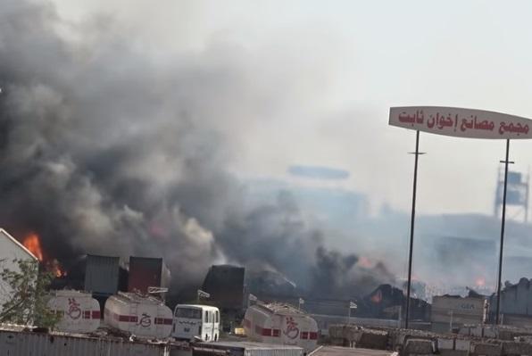 قصف حوثي على الحديدة يصيب أحد الأهداف بدقة واندلاع حريق هائل.. وهذا ما حدث ! (فيديو)