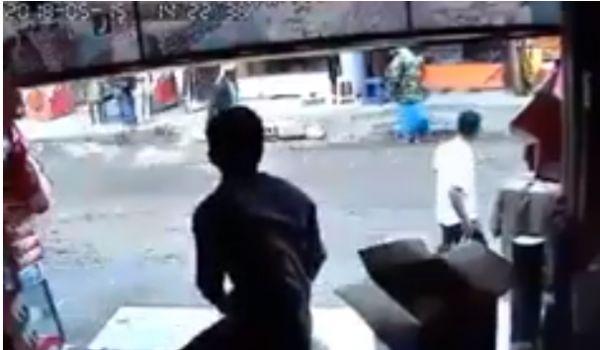 مسلح بصنعاء يقتل جيرانه على مرأى ومسمع من الناس أجمع (فيديو)