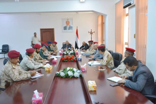 إجراءات جديدة من اللجنة الأمنية في تعز بإخلاء المدينة من المعسكرات وإخراجها إلى الجبهات وتكليف حملة أمنية للإنتشار