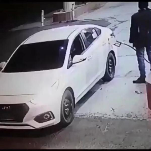سعوديون يعتدون على عامل محطة بنزين بالطعن والسلب (شاهد فيديو)