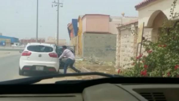 شاهد فيديو.. لحظة سلب مواطن سعودي في جدة بالسعودية