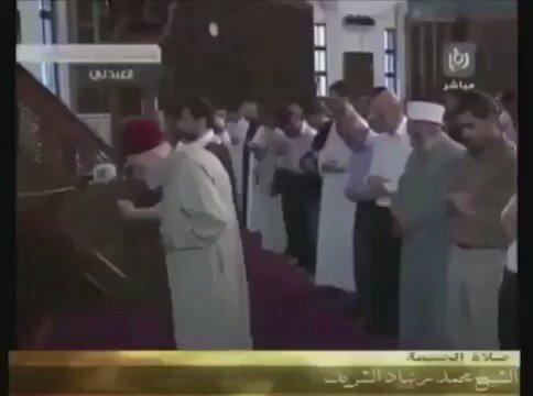 فيديو جميل لـ رجل عمره تجاوز الـ ٩٠ عاماً ويؤم بالمصلين متكئاً على عصاه ..والمفاجأة !