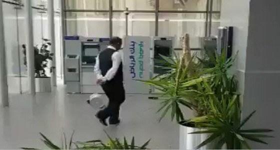بالفيديو.. السطو على أحد فروع بنك الرياض في جدة