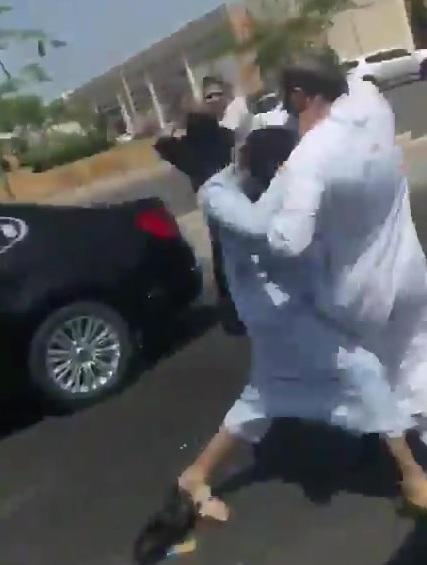 مقطع فيديو يظهر مضاربه عنيفة بين رجل مسن وامرأته مع شابين في أحد شوارع جدة السعودية (تفاصيل)