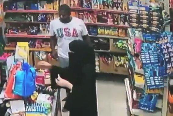 شخص يتحرش بفتاة داخل بقالة في الدمام (شاهد فيديو + التفاصيل)