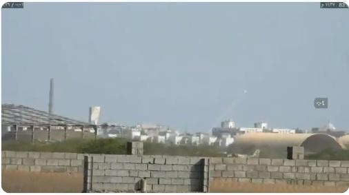 رئيس اللجنة الحكومية ينشر فيديو لحظة إطلاق الحوثيين صاروخ من على بعد 500 متر من ميناء الحديدة
