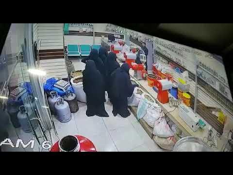 كاميرا مراقبة ترصد عصابة نسائية تسرق محل بصنعاء (فيديو)
