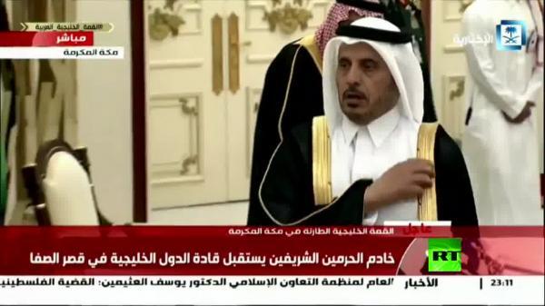 شاهد بالفيديو.. لحظة استقبال الملك سلمان لرئيس الوزراء القطري في مكة المكرمة