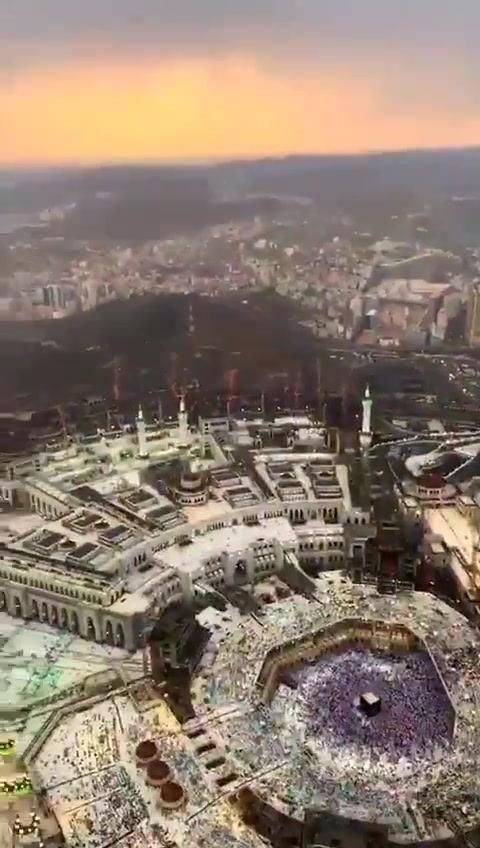 شاهد فيديو.. منظر رهيب من اعلى برج في مكة المكرمة و إطلالة بيت الله الحرام