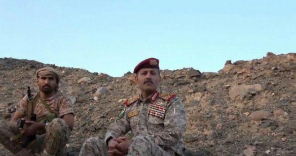وزير دفاع الحوثيين يظهر في فيديو جديد ويشير بيده إلى مطار نجران