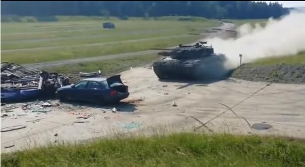 بالفيديو.. دبابة تدهس سيارة «بي إم دبليو»  .. شاهد ماذا حدث لها في ثواني
