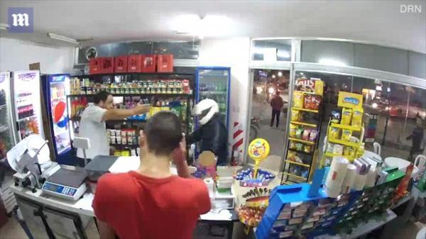 شاهد بالفيديو.. لص يطلق النار على نفسه أثناء محاولته سرقة متجر