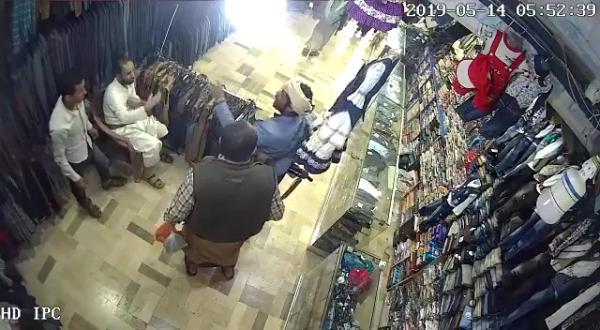 فيديو يظهر مسلحين حوثيين يضربون بوحشية صاحب محل ملابس بصنعاء