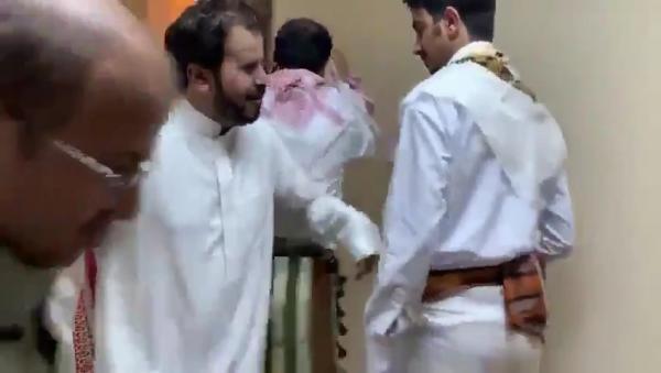 بالفيديو.. نجل هادي يثير الجدل .. شاهد ماذا يفعل داخل أحد فنادق الرياض