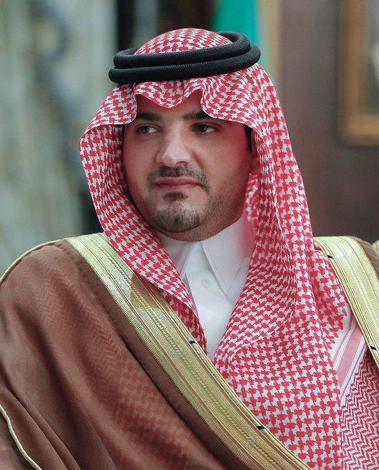 وزير الداخلية السعودي يمنح عسكري 100 الف ريال وسيارة بعد فيديو رفضه اخذ مبلغ مالي من حاجة!