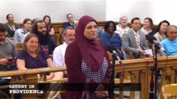 أم سورية متهمة بتجاوز السرعة ولا تتكلم الانجليزية.. القاضي يطلب من ابنتها ترجمة الكلام ومساعدته بالحكم (فيديو)