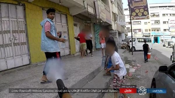 الدواعش ينشرون صورا لحظة قتلهم شاب في المنصورة بعدن ويقولون انه جندي
