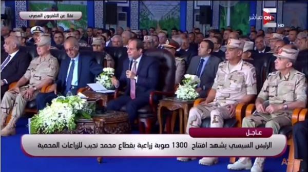السيسي يفاجئ لواء في الجيش المصري: أنت بتقبض كام ؟ والأخير يرد عليه ! (فيديو)