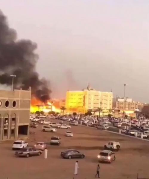 عاجل: اندلاع حريق ضخم في محطة وقود بـ تبوك السعودية والدفاع المدني يتدخل (فيديو)