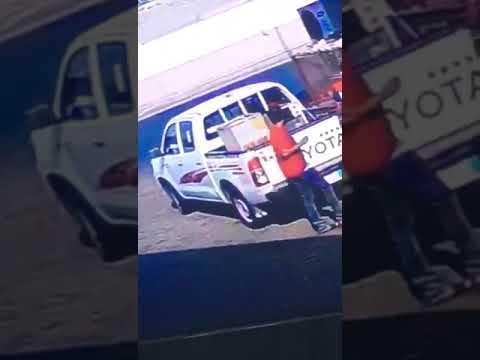 بكل ثقة ... لصان يسرقان جهاز تكييف من سيارة واقفة أمام المحل بجدة السعودية (فيديو)