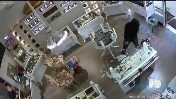 مسن يواجه عصابة من 4 مسلحين دفاعًا عن محل مجوهرات.. شاهد ماذا حدث له ! (فيديو)