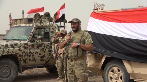 شاهد بالفيديو: لحظة وصول العميد طارق صالح يقود مدرعة عسكرية.. ونص كلمته التي ألقاها لحشد هائل من جنوده