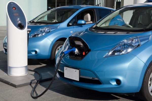 سعودي يحصل على براءة اختراع دولية.. ابتكر نظاماً ذاتياً لشحن السيارات الكهربائية