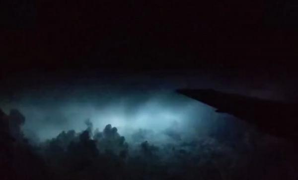 بالفيديو .. ركاب طائرة أمام مشهد عواصف برق ورعد لا يُصدَّق