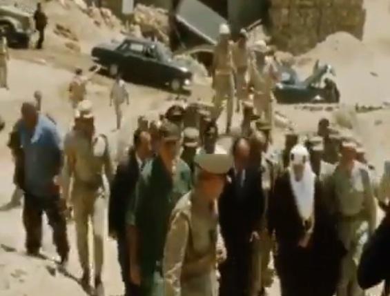 فيديو نادر وبالألوان لزيارة الرئيس السادات والملك فيصل بن عبد العزيز لخط بارليف بعد معركة 73