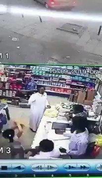 سعودي  يطعن آخر بآلة حادة داخل بقالة في سكاكا (فيديو)