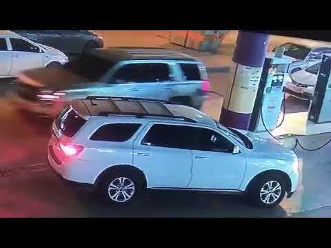 كانوا في حالة غير طبيعية.. شاهد فيديو 4 شباب سعوديون يسرقون محل تموينات ويصيبون العامل بقوة