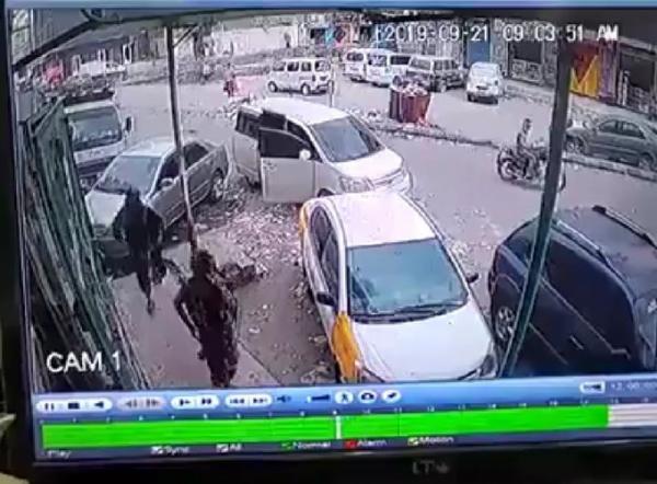 شاهد فيديو لحظة قيام مسلحين يرتدون ملابس عسكرية بنهب محل صرافة الفروي في عدن