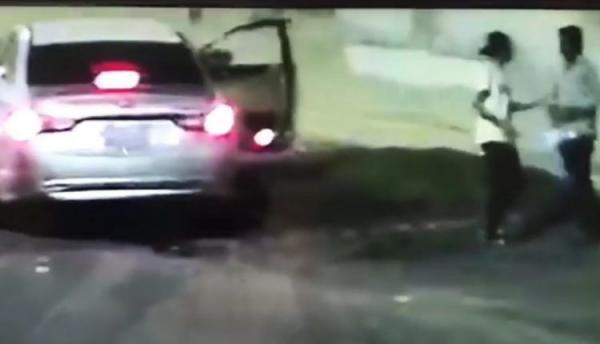 شاهد بالفيديو: على طريقة العصابات الأمريكية.. سعوديون ينهبون مقيماً تحت تهديد السلاح
