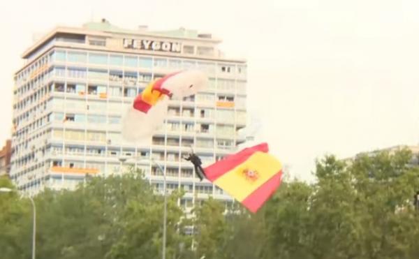 فيديو.. مظلي يصطدم بعمود إنارة أمام ملك إسبانيا