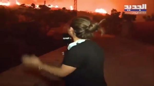 شاهد.. لحظة انهيار مراسلة قناة فضائية بسبب حرائق لبنان.. والنيران تحاصر الناس في المنازل
