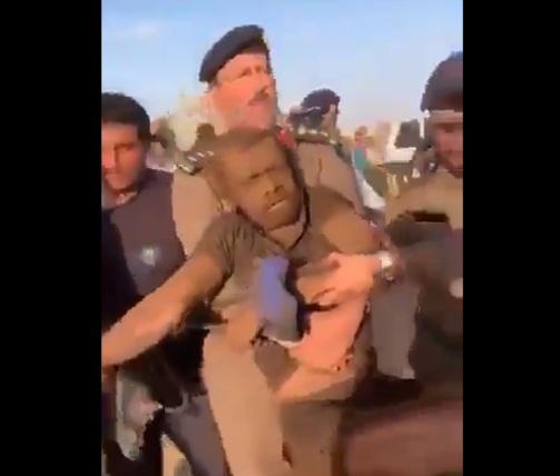 السعودية: لحظة انقاذ شخص سقط في بئر بوادي الدواسر.. شاهد كيف تم انقاذه (فيديو)