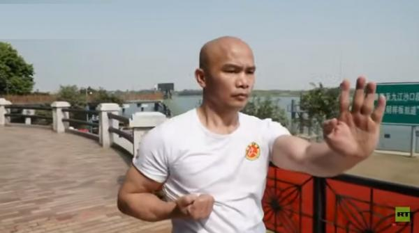 مدرب كونغ فو صيني يرفع مئة عبوة معدنية وعبوتين بلا أصابع (فيديو)