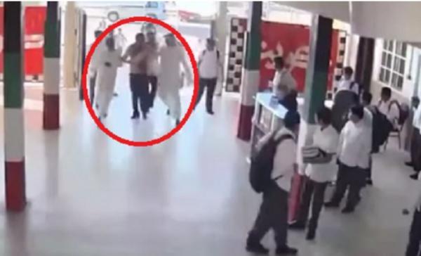 شاهد فيديو.. ولي أمر وأبناؤه يعتدون على معلم في الكويت