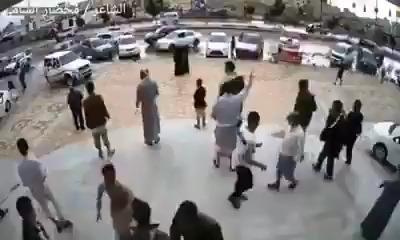 شاهد فيديو.. لحظة اقتحام مول بصنعاء من قبل حوثيين واشتباكات مباشرة وسط حشد من المتسوقين