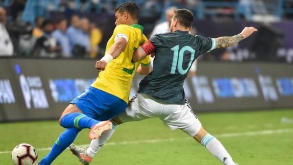 """قائد المنتخب البرازيلي """"يفتح النار"""" على ميسي (فيديو)"""