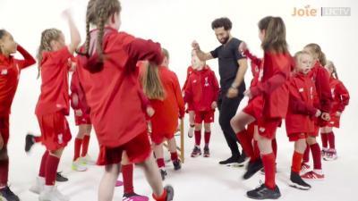 """فتيات """"براعم"""" ليفربول يضحكن ويحرجن صلاح بمقلب وأسئلة عن مكة (فيديو)"""